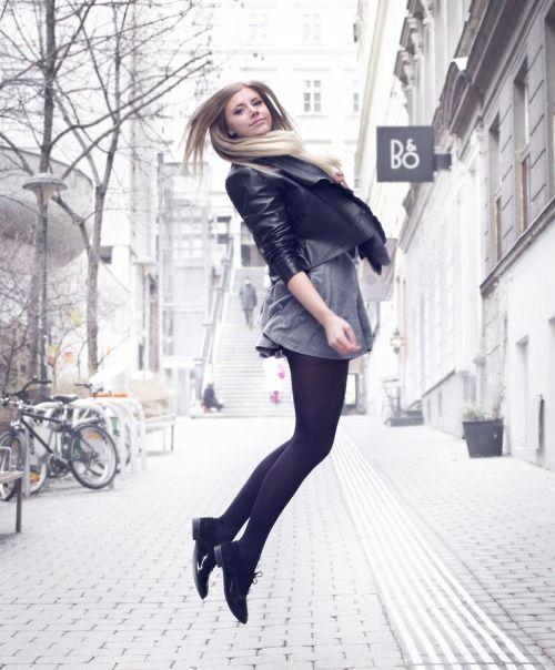 tenue veste en cuir noire robe patineuse grise chaussures brogues en daim noires collants. Black Bedroom Furniture Sets. Home Design Ideas