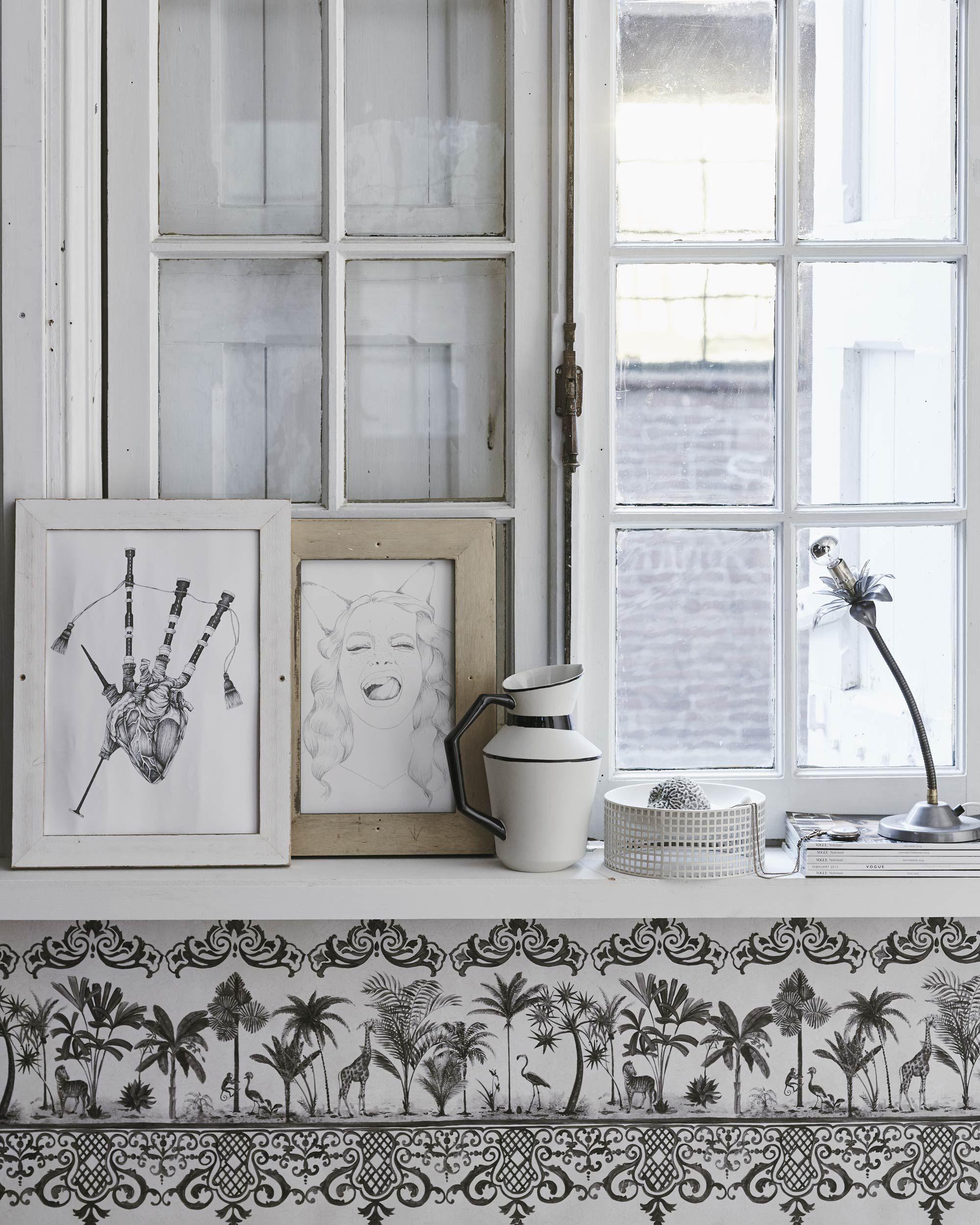 Vensterbank in een witte woonkamer met woonaccessoires | living room with a windowsill full of decorative items | Bron: vtwonen 13 2015 | Styling valerie van der werff | Fotografie jeroen van der spek
