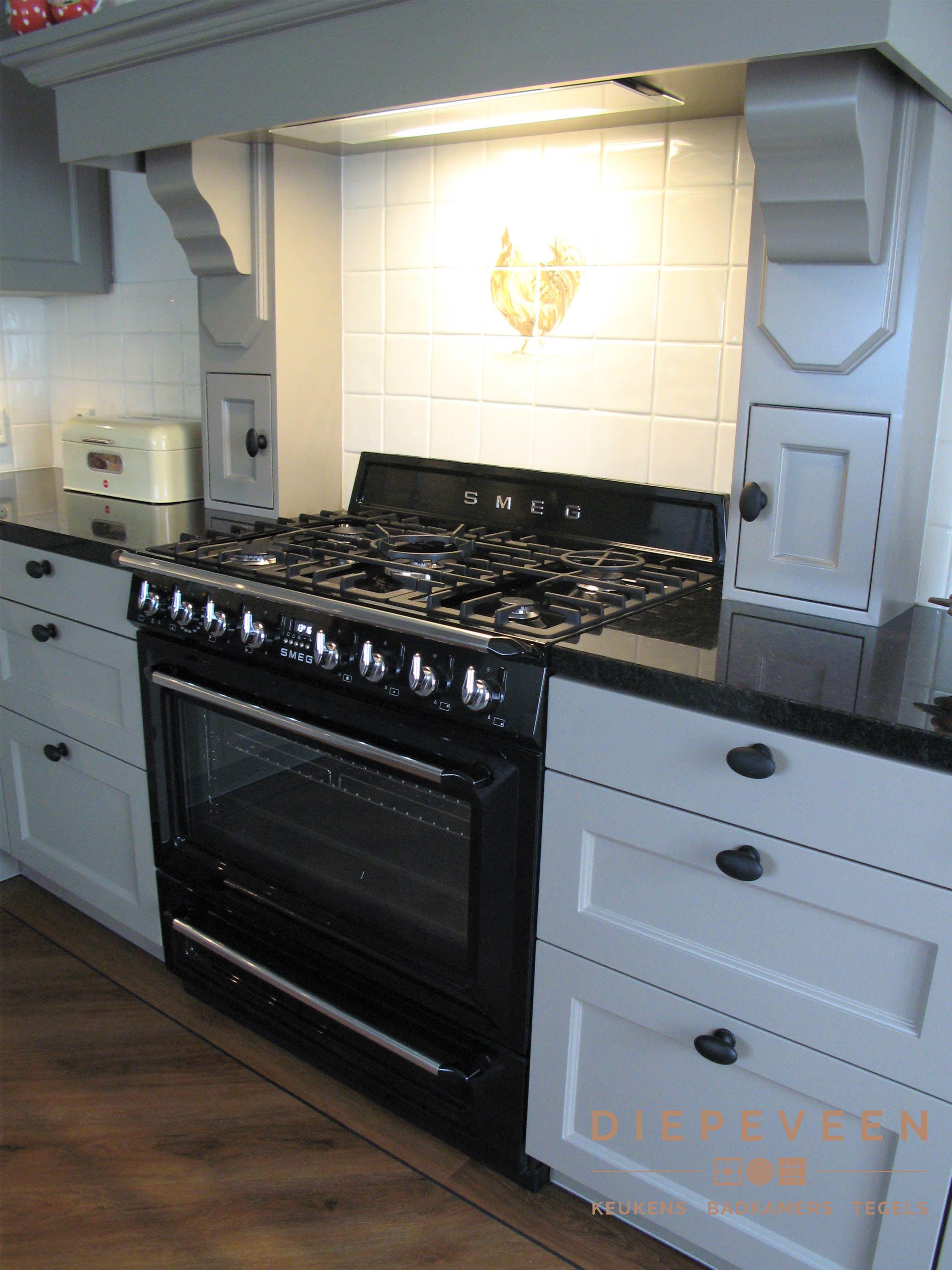 Onwijs SMEG fornuis in een landelijke keuken met een handgemaakte schouw PX-76