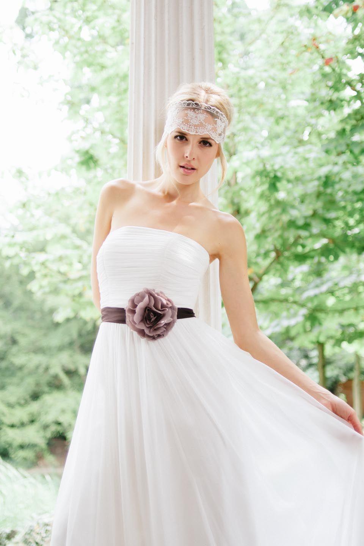 Faye in Pearl, Brautkleid im Empire Stil mit lila Gürtel und Blume ...