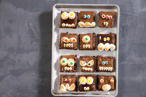 How to Make Monster Halloween Brownies #halloweenbrownies Your little human monsters will love decorating brownies with chocolate, marshmallows, and M&M's to make these sweet Halloween treats #halloweenbrownies How to Make Monster Halloween Brownies #halloweenbrownies Your little human monsters will love decorating brownies with chocolate, marshmallows, and M&M's to make these sweet Halloween treats #halloweenbrownies