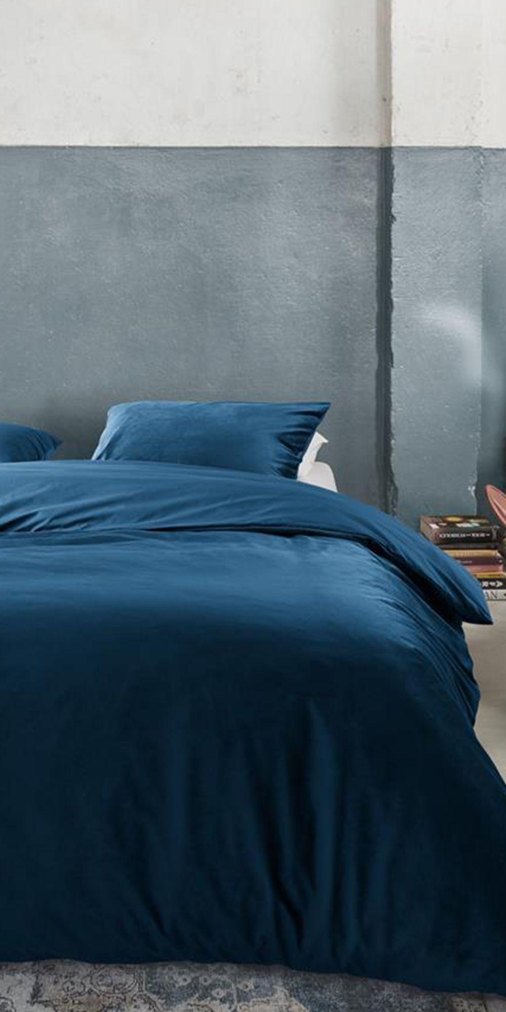 Cre er een rustgevende chique sfeer in de slaapkamer met het dekbedovertrek Tender van At Home