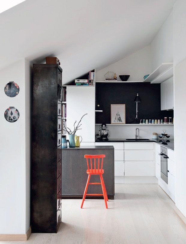 neutral kitchen + bright stool * Allons dans la cuisine