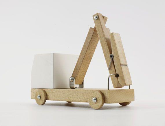 Juguetes de madera reutilizando otras piezas del hogar
