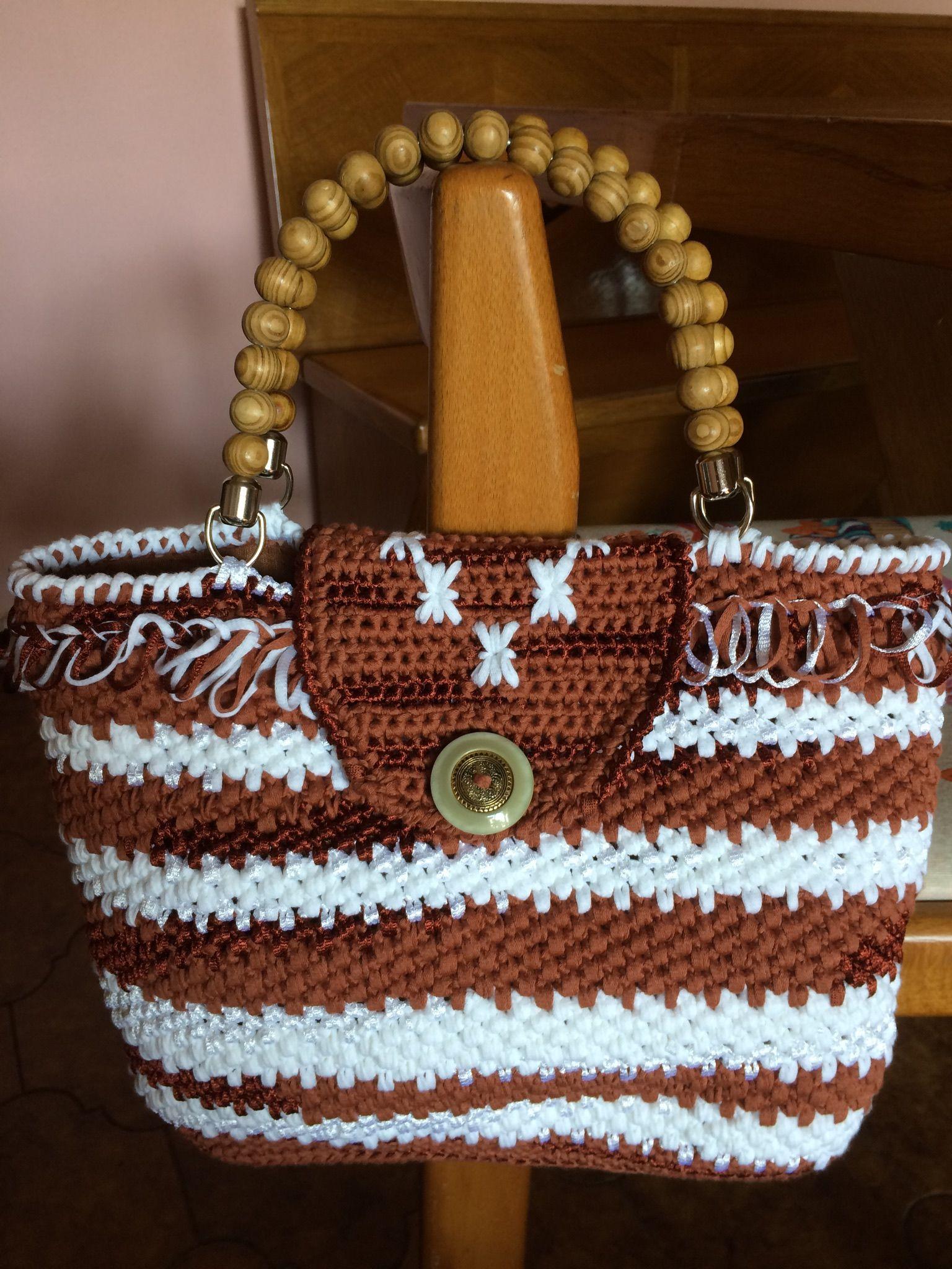Borsa uncinetto in fettuccia due colori bottone gioiello e manici in perle di legno