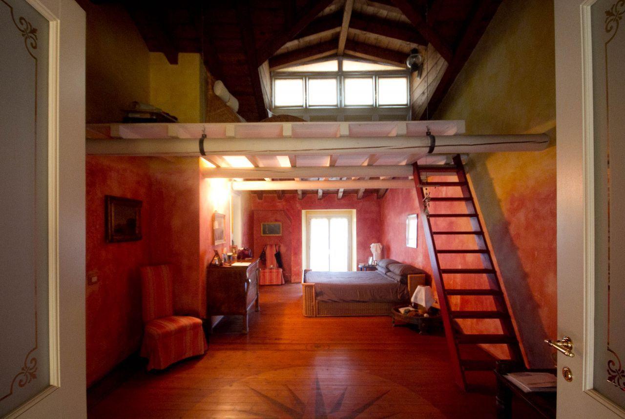 Camera da letto dai toni caldi con #soppalco adibito a stanza relax ...