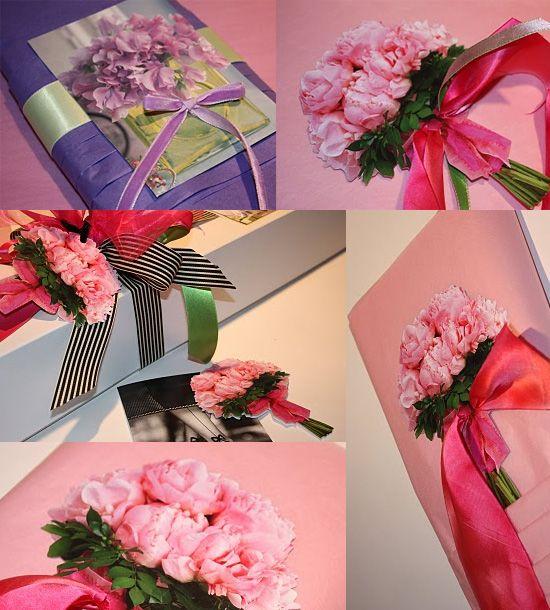 Как украсить подарок цветами 787