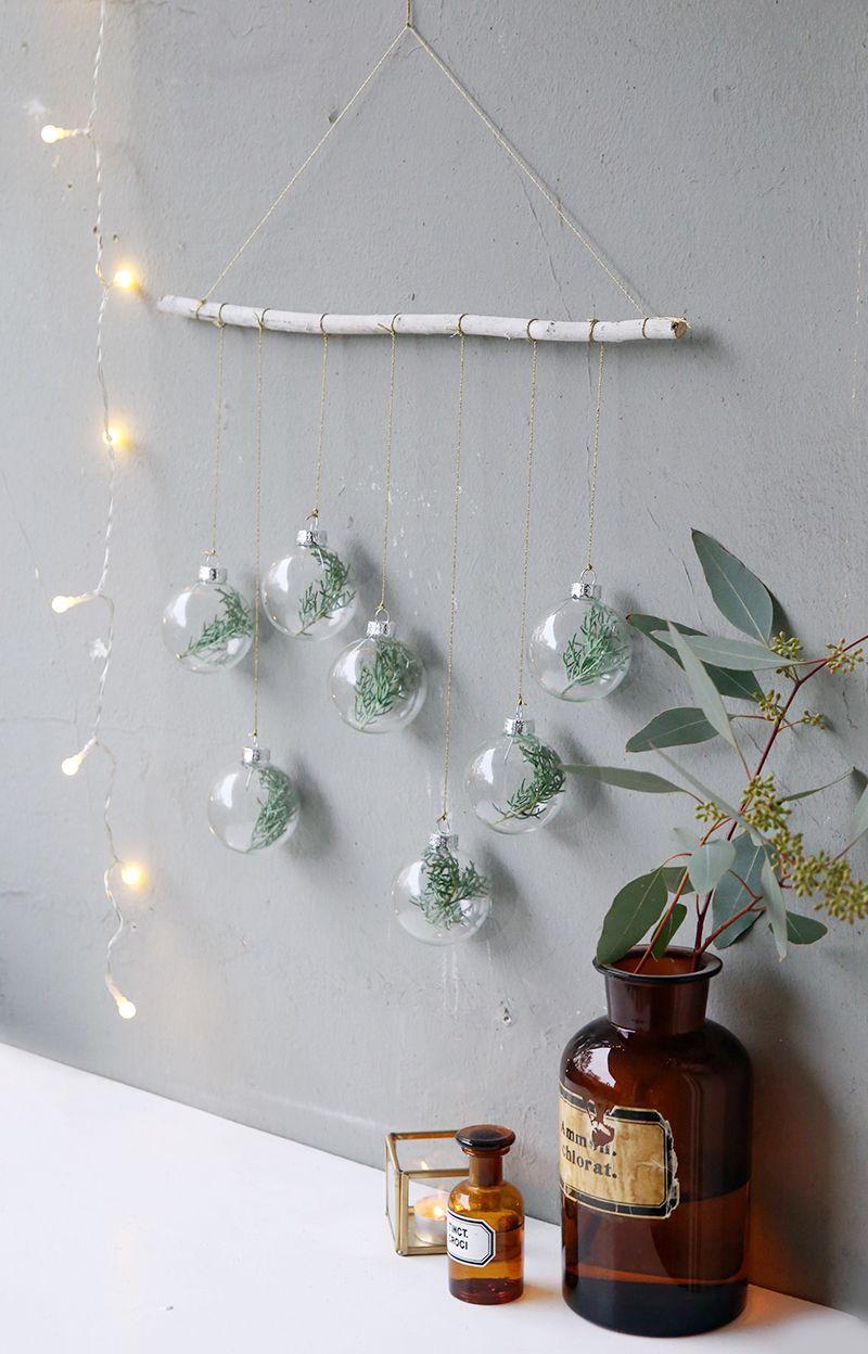 Elegant Kreative DIY Idee Für Weihnachten Und Selbstgemachte Weihnachtsdeko:  Wandschmuck Mit Tannenzweigen In Weihnachtskugeln |