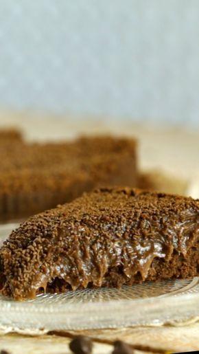 Receta con instrucciones en video: ¡Una receta original para una torta deliciosa! Ingredientes: Para la base, 225 gr. de galletitas de chocolate procesadas, 2 cdas. de azúcar, 110 gr. de mantequilla, Para el relleno, 1 cdita. de gelatina, 2 cdas. de agua, 2 latas de leche condensada, 4 cdas. de manteca, 8 cdas. de cacao amargo en polvo, Una pizca de sal, 1 cdita. de esencia de vainilla, 1 taza de crema de leche, 1 cdita. de esencia de vainilla, Granas de chocolate, Crema chantilly (opcional)