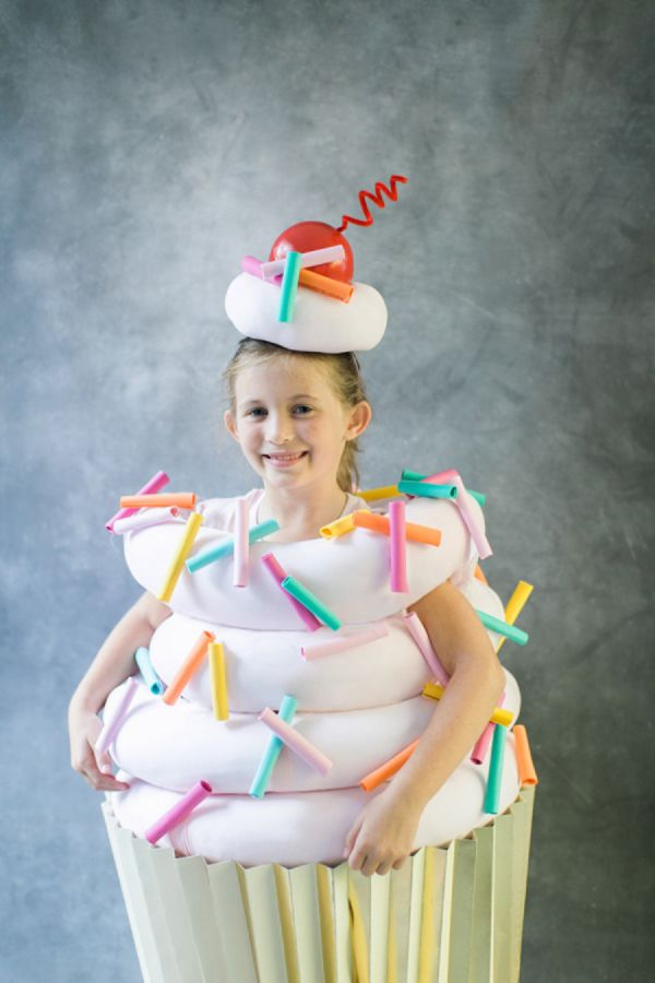 Super Sweet DIY Cupcake Costume: http://www.stylemepretty.com/living/2015/10/14/diy-halloween-costume-cupcake/ | Photography: Ruth Eileen - http://rutheileenphotography.com/