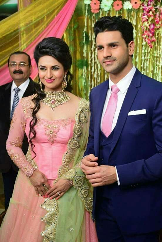 Divyanka Tripathi Vivek Dahiya Engagement Divyankatripathi Vivekdahiya Engagement Lovelycouple Bridal Wedding Outfit Engagement Dress For Bride