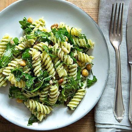 Nudelsalat mit Pesto, Kichererbsen und Kräutern - Food | Salads -