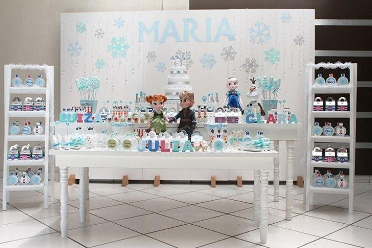 """A comemoração com o tema """"Frozen"""" foi o aniversário de três irmãs, Maria Julia, Maria Clara e Maria Luiza, com idades entre cinco e nove anos. Por isso, o painel atrás da mesa principal tinha o nome Maria recortado na mesma fonte do logo da animação"""