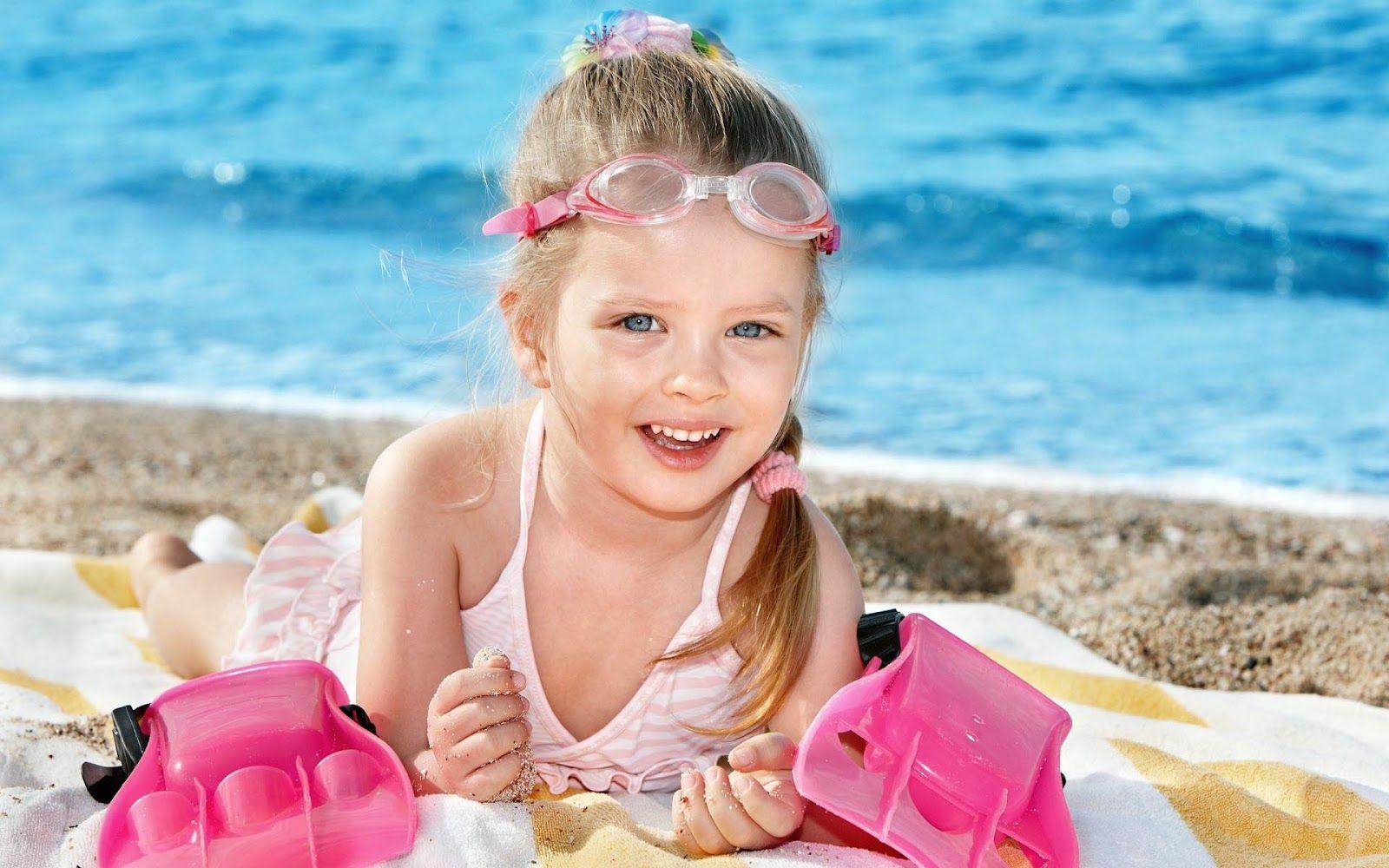 Een Klein Meisje Die Geniet Van Het Strand En Is Helemaal Blij Kinderen Weer Het Strand