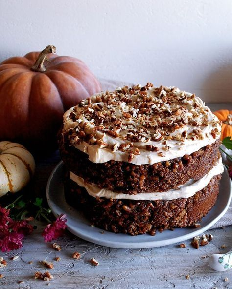 Pumpkin Pecan Praline Cake with Spiced Bourbon Cream Cheese Frosting #pralinecake