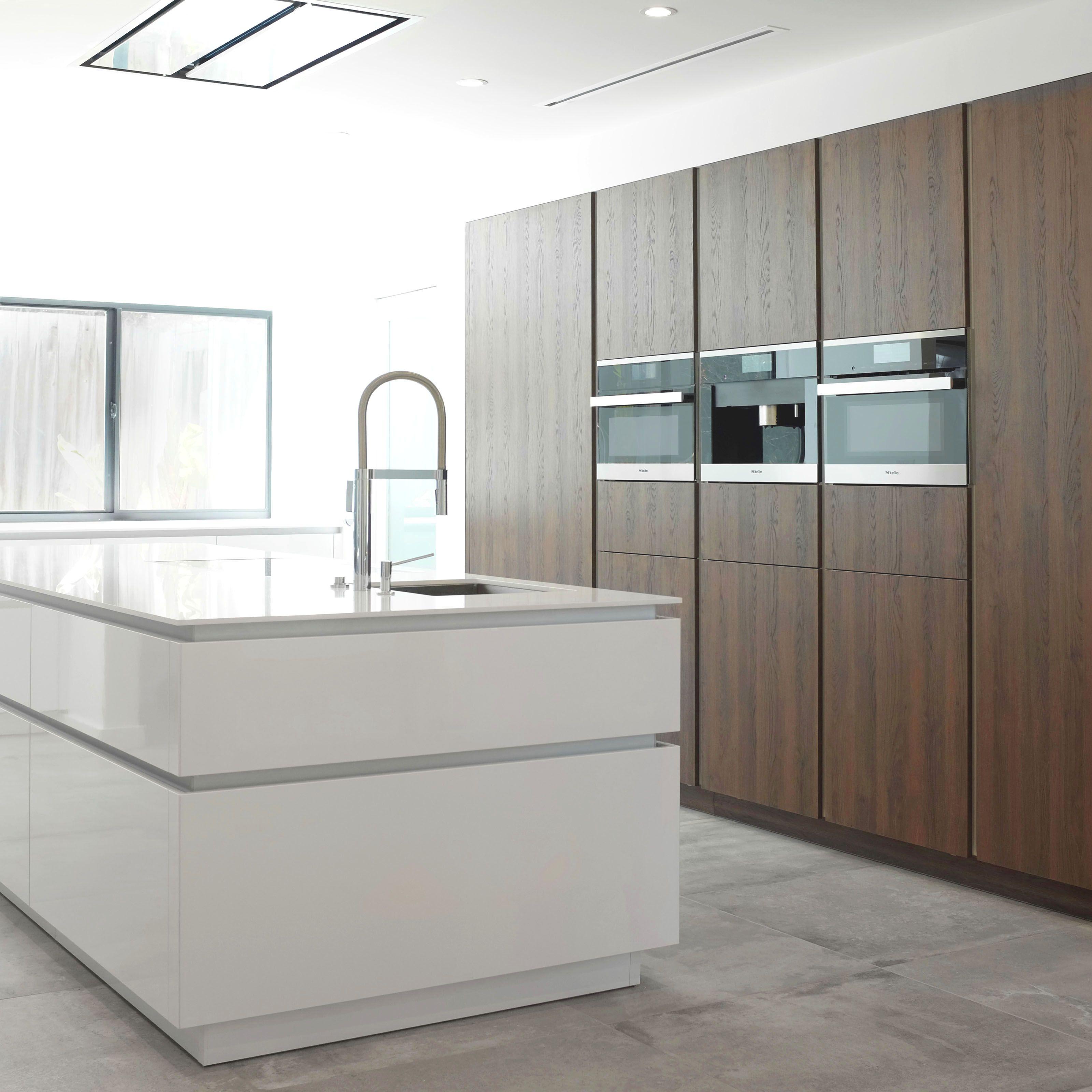 Wildhagen strakke moderne keuken met houten kasten wand en greeploos kookeiland - Kleden houten wand ...