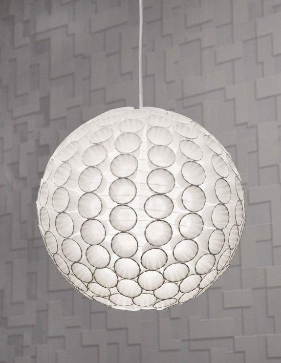 Fertig ist unsere stylische Pappbecher-Lampe. Wer es lieber bunt möchte, kann auf farbige Törtchenformen zurückgreifen.