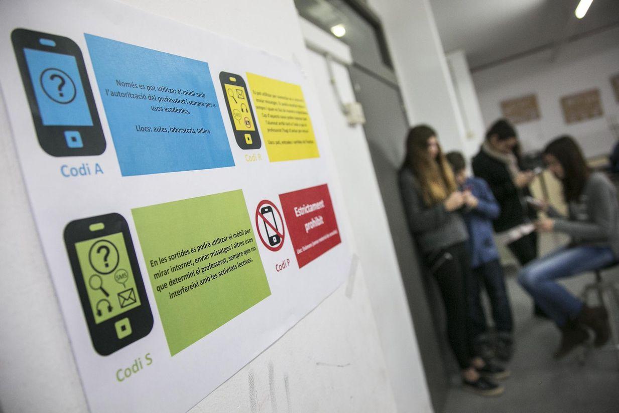 Código de colores para el uso de móviles y tablets en el IES Joaquima Pla i Farreras (St Cugat).  En cada espacio hay un código de uso. #tablets #educación #planificar #normas