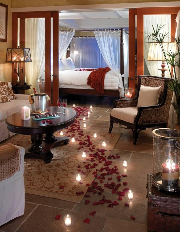Agreable Déco Romantique Dans La Chambre à Coucher Avec Chemin De Pétales Et Bougies Galerie De Photos