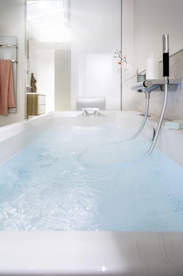 Instant d�tente dans la baignoire Doble de Jacob Delafon avec syst�me baln�o Massdream | #SalleDeBains