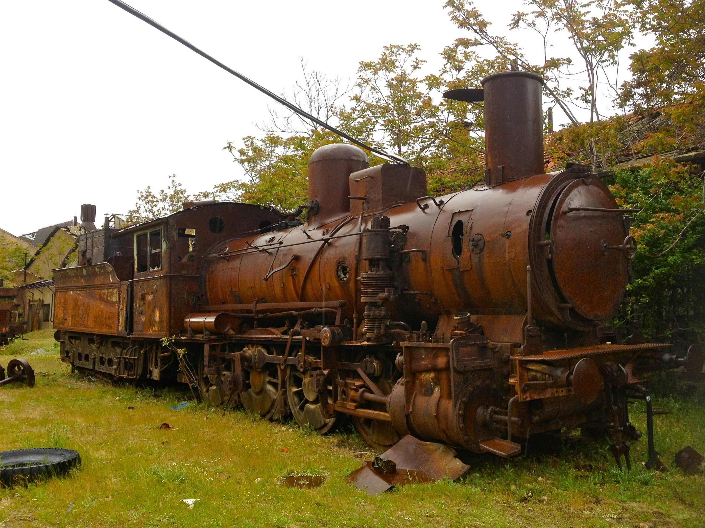 A rusting locomotive at the abandoned Rayak Train Station [2938 x ...