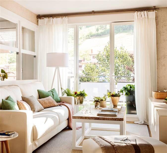 Sal n en tonos blancos con ventana hacia la cocina pocos - El mueble cortinas ...
