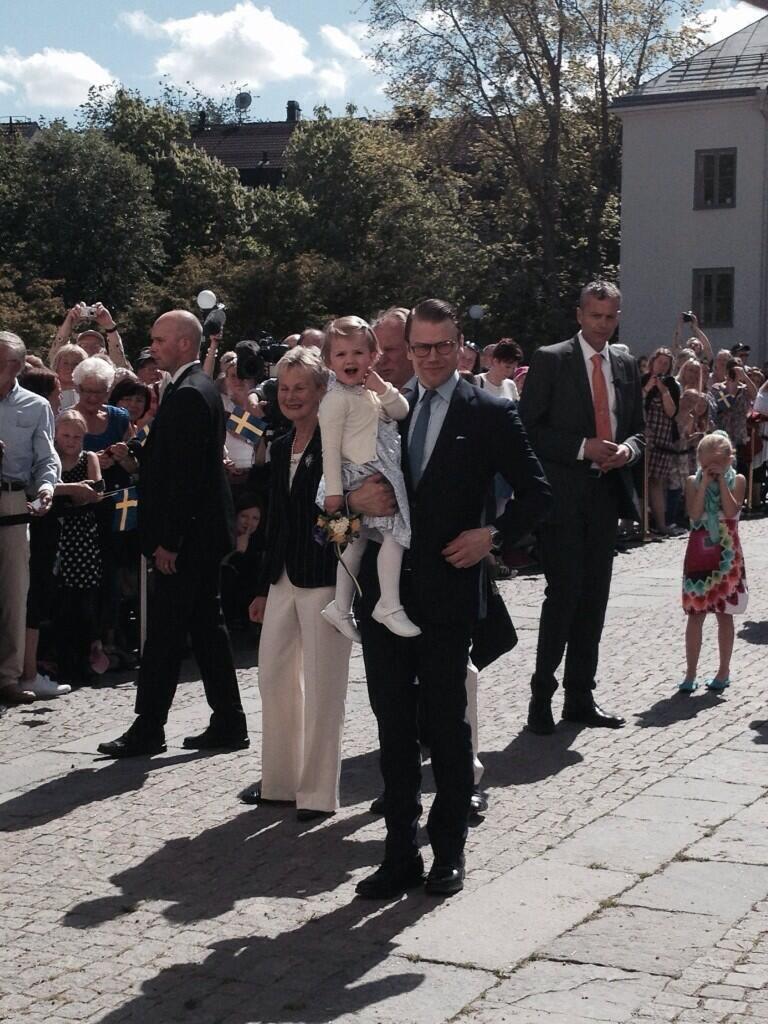 Prinsessan Estelle och kronprinsessparet har intagit borggården.  12:17 - 17 maj 2014