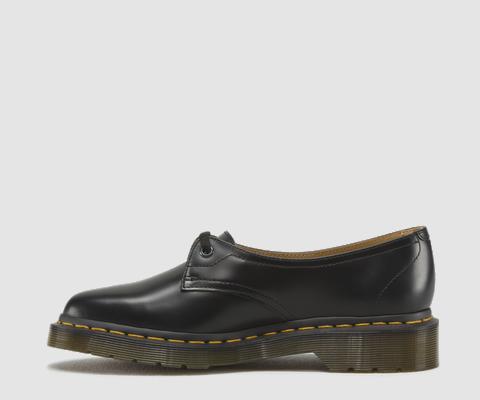 Das elegante neue Modell basiert auf einem Archiv-Foto aus den 1950er-Jahren, auf dem Dr. Klaus Maertens einer Frau einen Schuh anpasst. Gefunden wurde es im Heritage-Museum der Marke in Northampton. Der 1-Loch-Schuh ist sehr feminin geschnitten, spitz und raffiniert, mit stilistisch passenden Schnürsenkeln im Antik-Look. 1-Loch-Schuh Polished Smooth ist eine Variante des klassischen Dr. Martens-Leders- unverwüstlich, mit glatter und polierter Oberfläche. Goodyear-welted, d.h. Obermaterial…