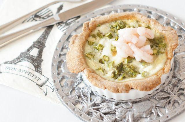 Tærte med grønne asparges, torsk og rejer