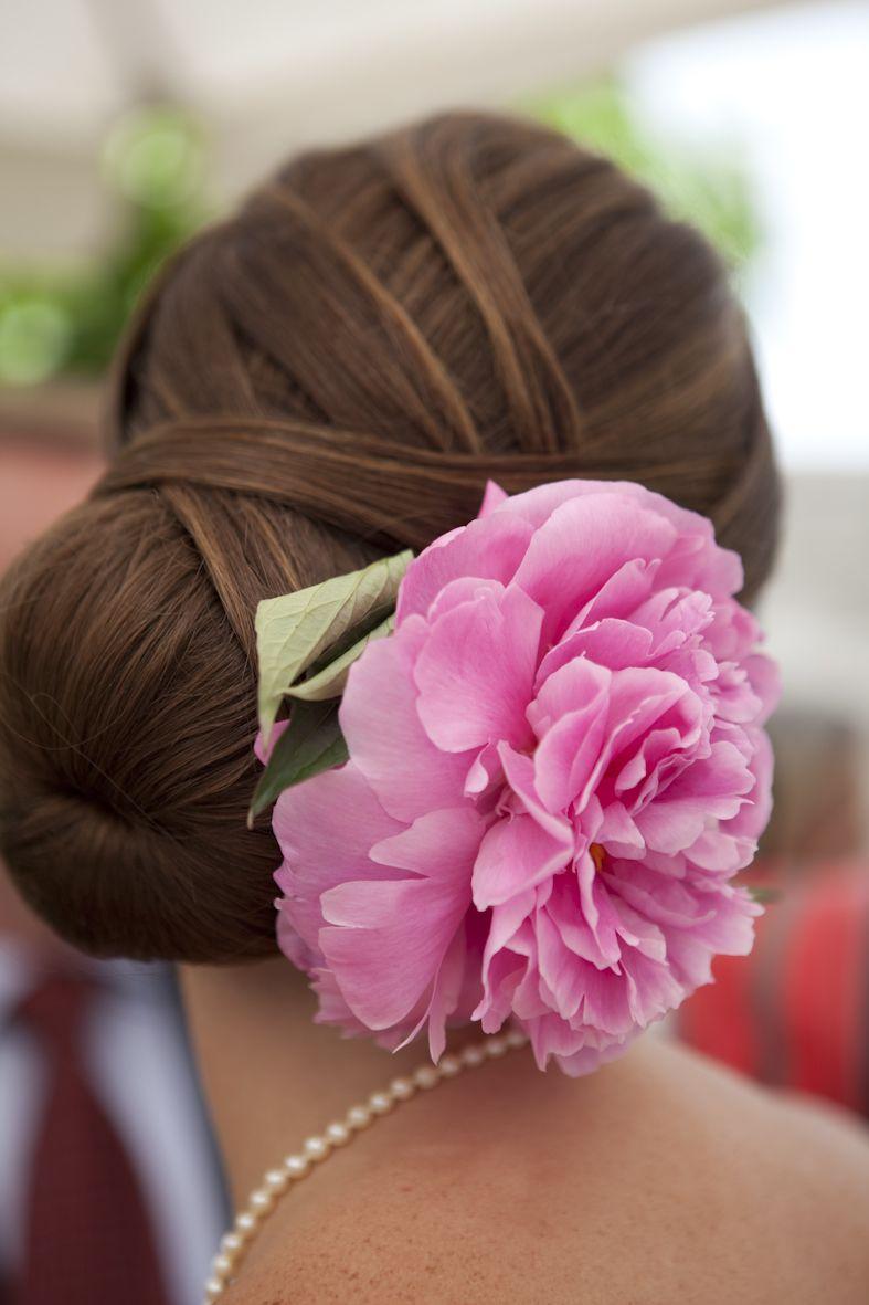 bruidskapsel, laat de bloemen van je boeket terug komen in je haar, leuk. meer tips; www.bruidsmodemariska.nl