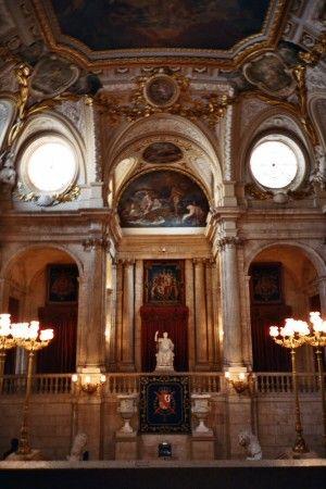 Escalera principal de estilo imperial en el Palacio Real de Madrid - España
