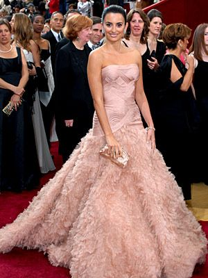 BEST DRESSED - Penélope Cruz (2007) The Academy Awards are a place for honoring drama, both onscreen and off — especially in the form of Cruz's gorgeous Atelier Versace gown with its elaborately feathered train.