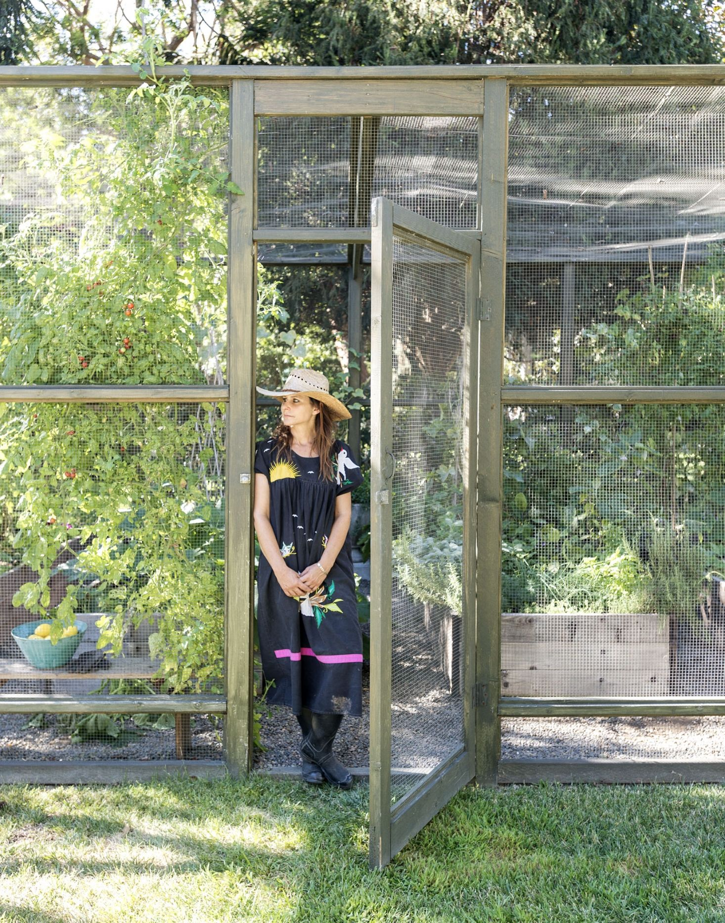 10 Ideas To Get The Groovy L A Look From A Top Garden Designer Gardenista Urban Garden Design Vegetable Garden Design Enclosed Garden Structures
