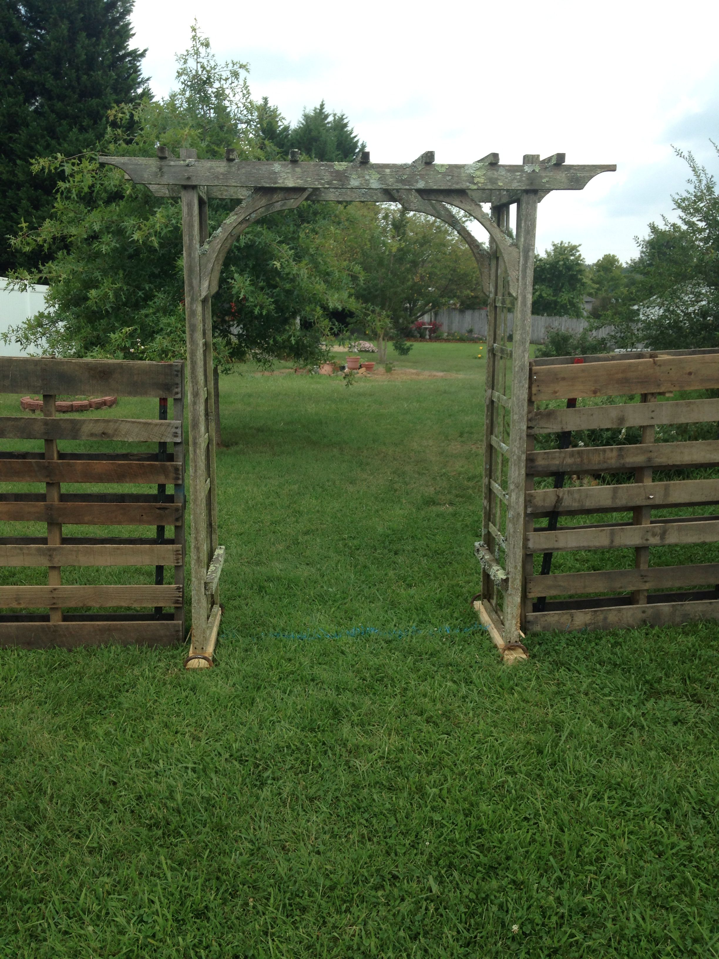 Fence Made From Pallets And T Post With An Arbor Backyard