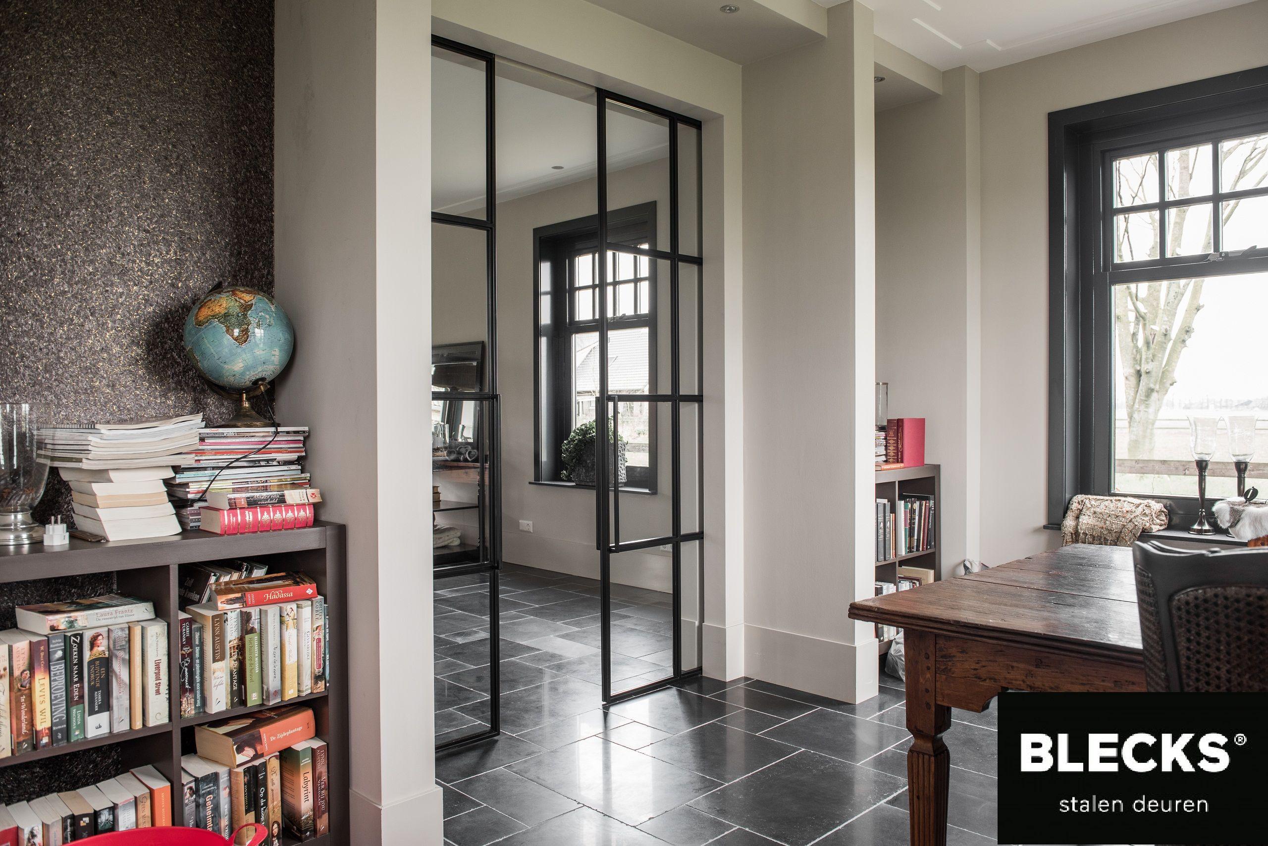 Een prachtige schuifdeur tussen de keuken en de woonkamer nice