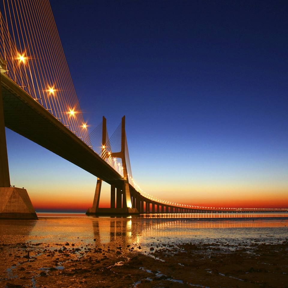 É de impressionar, em beleza e tamanho! A ponte Vasco da Gama, em Lisboa, tem mais de 17 mil metros de extensão, sendo a mais longa de toda Europa Emoticon gasp