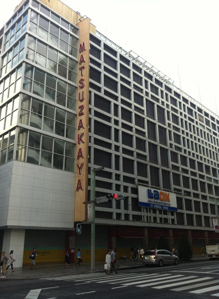 『松坂屋銀座店』  6月30日で、松坂屋銀座店の営業を終了した。大正13年12月1日にオープン、以来88年間銀座のランドマークとして親しまれてきた。 再開発計画ではすでに東京都から、地下6階・地上13階、高さ56m、延床面積14万7000㎡の大型複合施設の事業計画が認可されており、2016年に完成予定。地下2階~地上6階に約5万㎡の商業施設が入居する予定だが、大丸松坂屋百貨店の親会社J.フロント リテイリングの奥田務会長兼CEOは常々「核テナントは松坂屋にこだわらない」と語っており、パルコの入店も検討していると見られている。