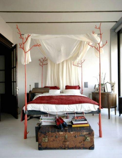 design schlafzimmer rote akzente bettdecke truhe bücher | rot ...