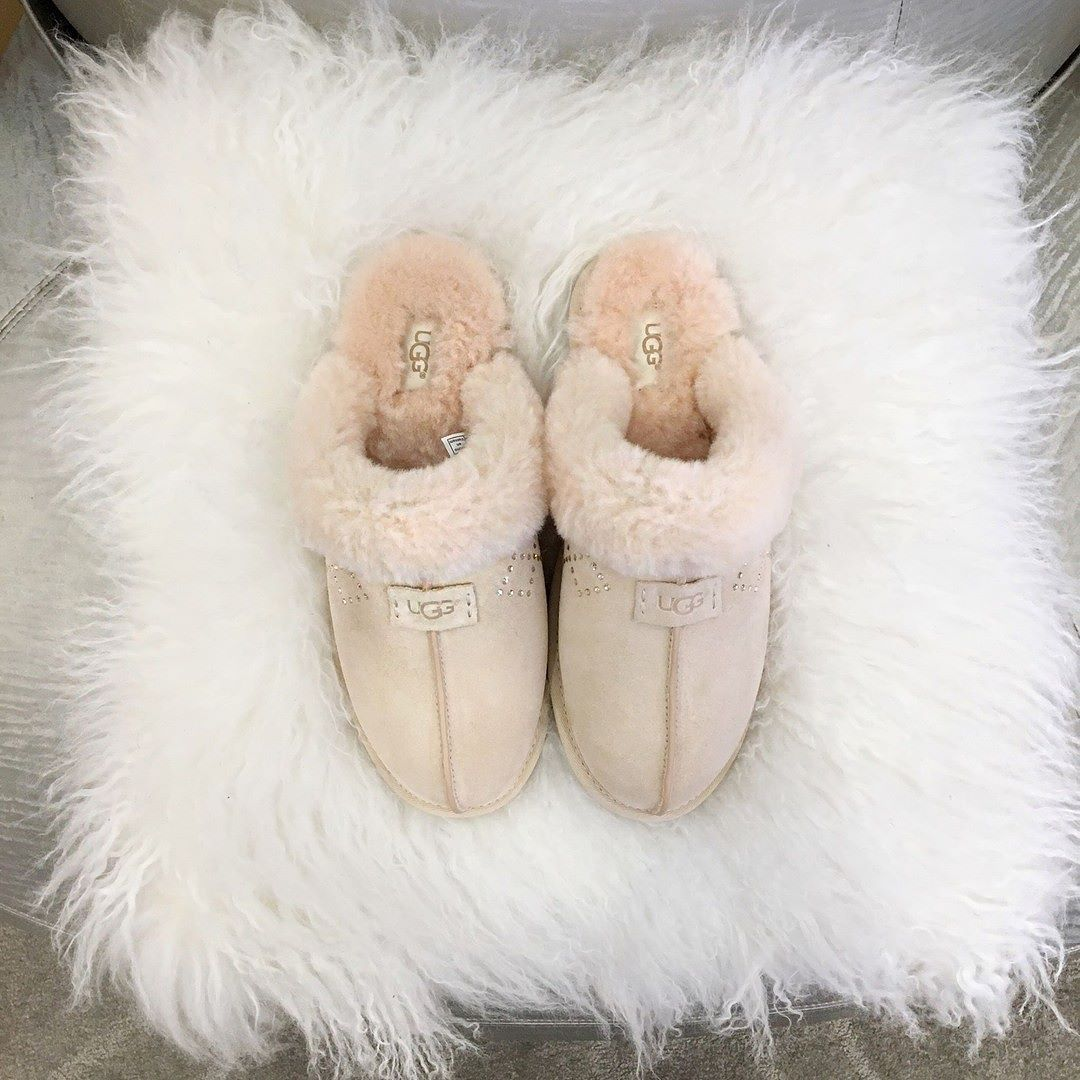 a7205d76ec2 These UGG slippers are giving us all the cozy feels rn 💯 | Things I ...