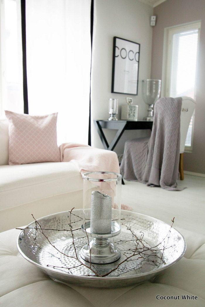 Coconut White: Upeat, kromiset kynttilänjalat ja lautanen olohuoneessa & alekoodi!
