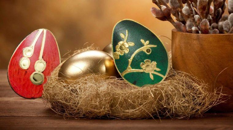 come decorare uova di pasqua con dell'oro, il rosso e il verde, un