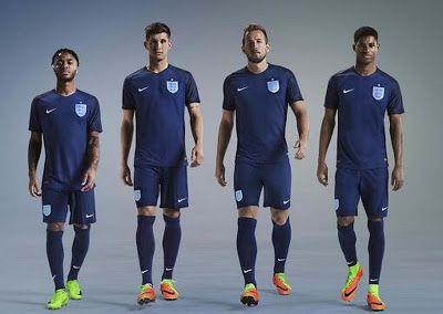 4496cdf74 La nueva tercera Equipacion Camiseta Inglaterra 2017 2018 es de color azul  oscuro con rayas negras sutiles en las mangas y una franja negra que corre  por ...