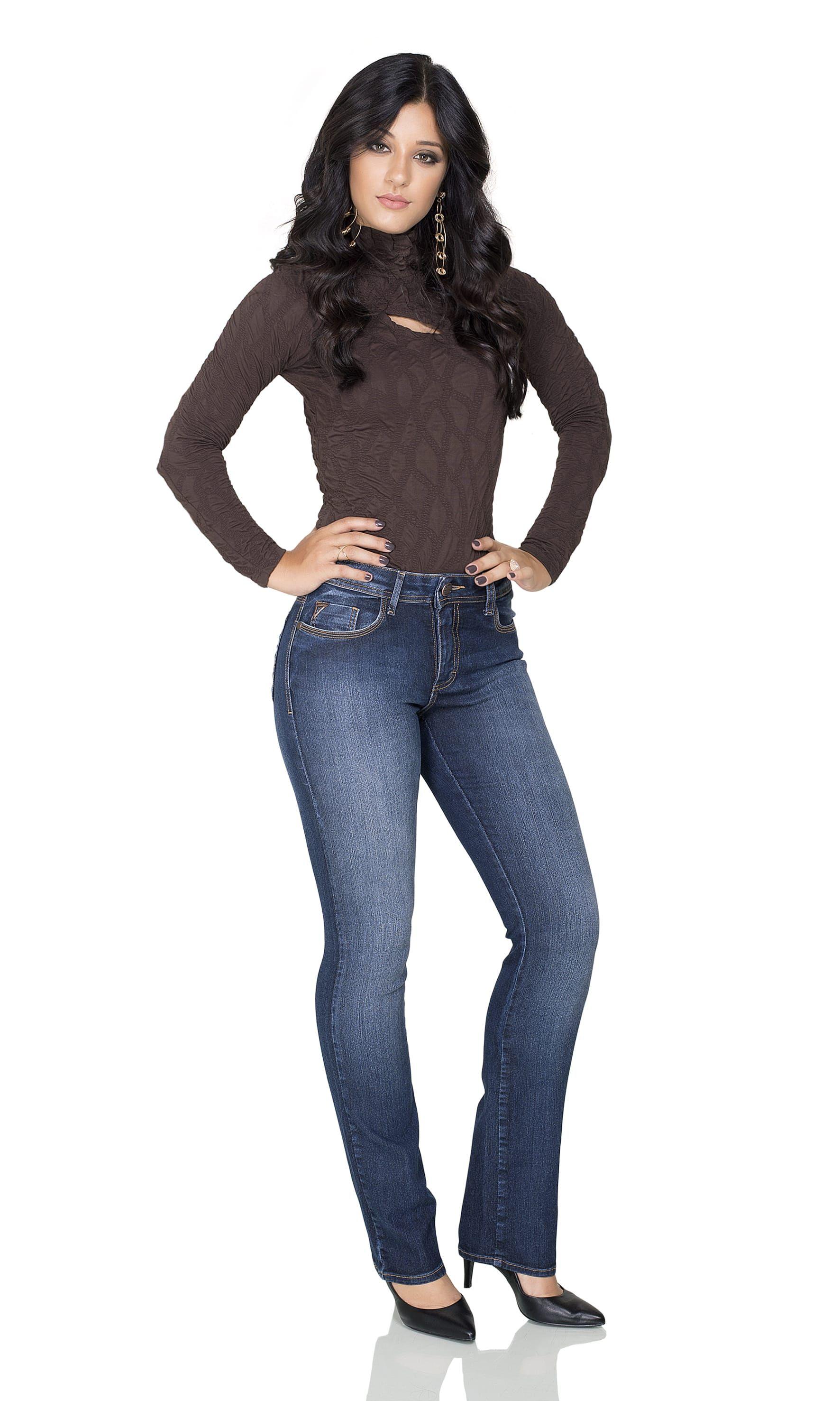 3d86e63717 Calça Jeans Flare Feminina. Tendência da Coleção Outono Inverno 2018 ...