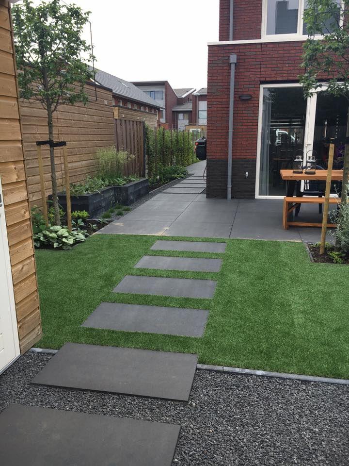 Voortuin Grote Tegels.Kindvriendelijke Tuin Met Kunstgras En Grote Tegels