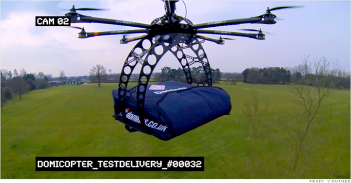 Cada vez que encomenda uma pizza, acha sempre que a entrega demora muito tempo?  No Reino Unido, uma empresa já anda a testar uma maneira mais rápida de fazer as entregas: de helicóptero!