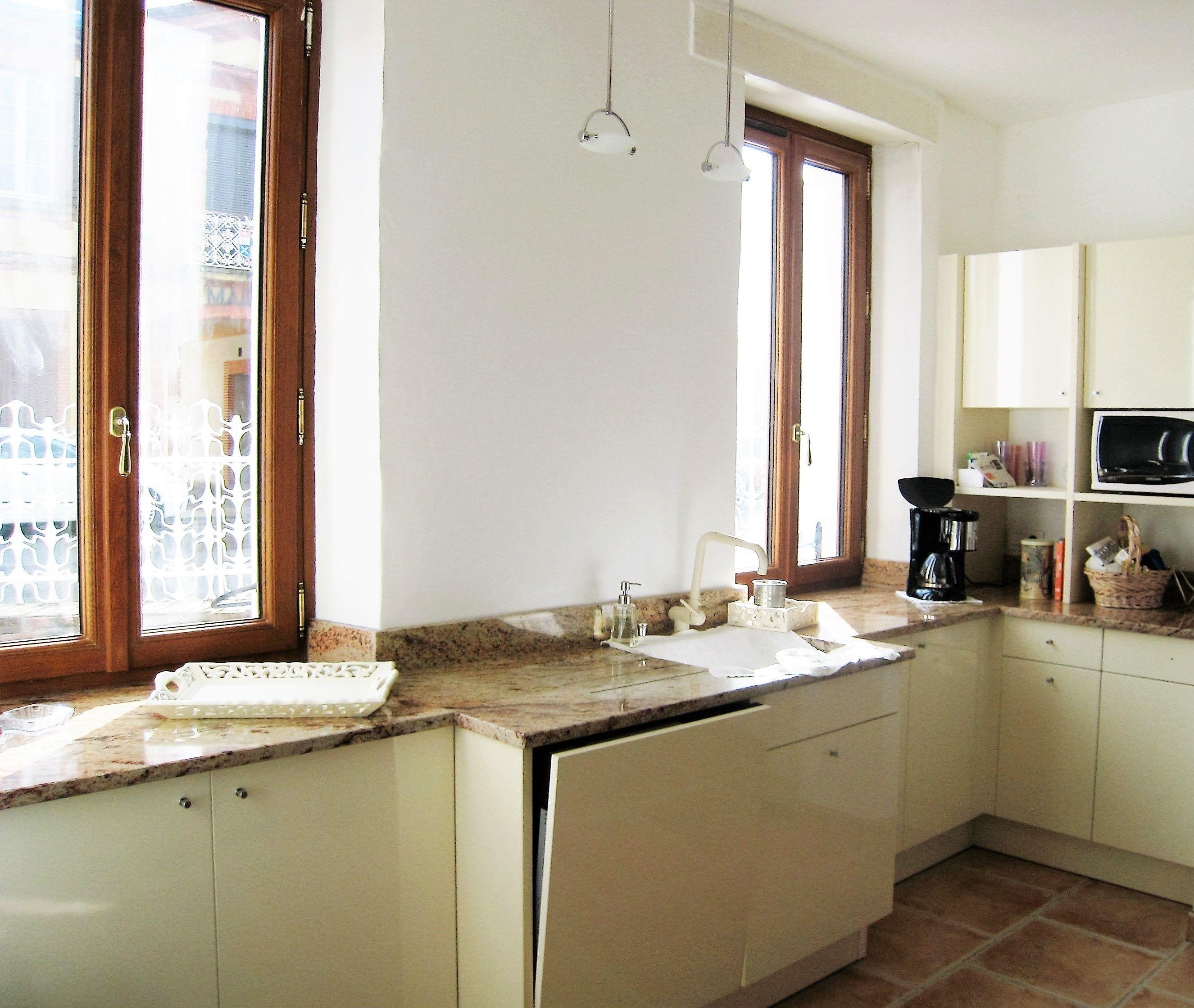 Confort Et Modernite Pour Cette Cuisine De Maison Ancienne Mobilier Laque Ivoire Sur Mesure Plan De Travail En Granit D In Kitchen Kitchen Decor White Kitchen