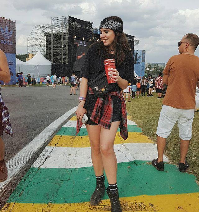 ce5bdc81c Fashion outfits. Look de festival. Look do lollapalooza com camiseta ...