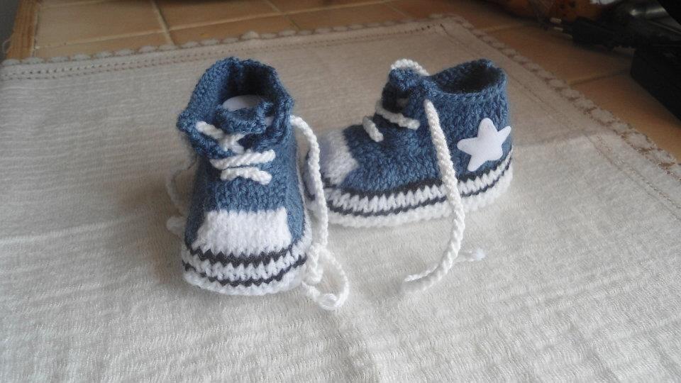 chaussons bébé/reborn forme basket converse bleu jeans 0/3 mois : Chaussures bébé par les-tricots-de-sabine