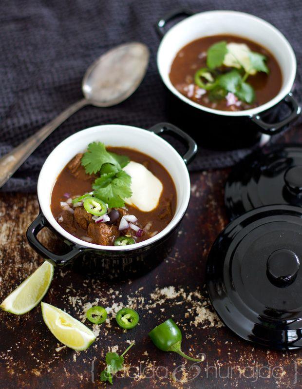 Aito chili - lämmittävä lihapata - tarvitsee pohjaksi tuhdin tahnan kuivatuista chileistä.