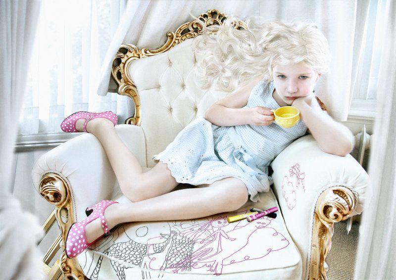cute kids - girl - sweet - kiss - hug - cuddle - bisou - love - sofa
